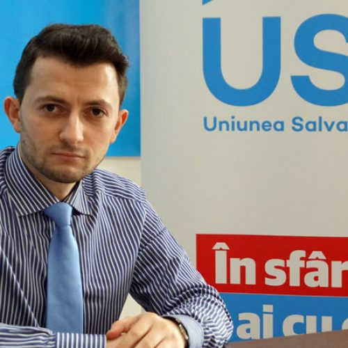 VIDEO. RÂZI cu lacrimi de PARALELUL Vlad DURUȘ din Parlamentul României. Dar LIMBA ROMÂNĂ ce ți-a făcut, domnule deputat?