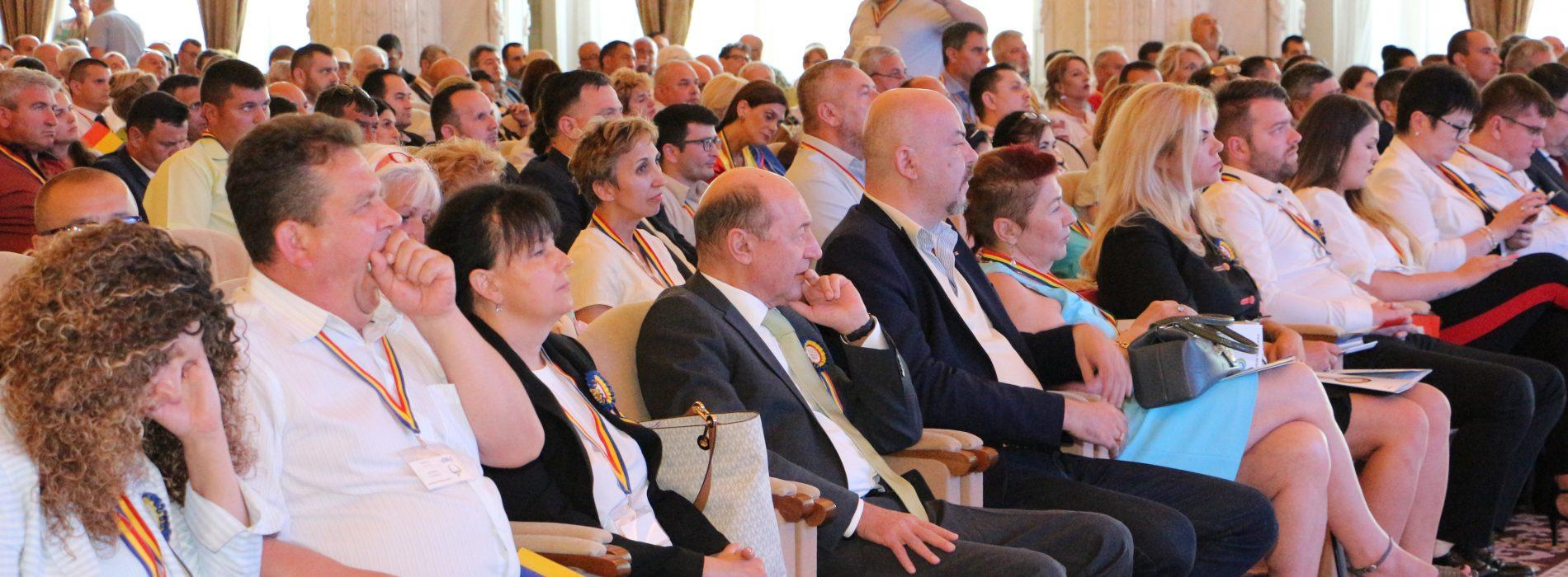 Corespondență. Traian Băsescu a PĂRĂSIT prezidiul și a COBORÂT de pe scenă! Află motivul