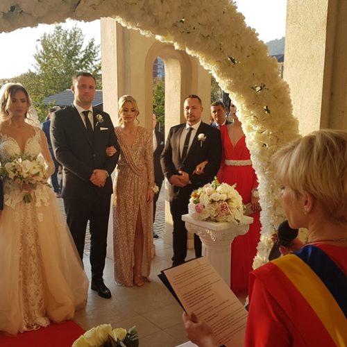 Video. NUNTĂ. George Moldovan s-a CĂSĂTORIT azi cu Andreea Bud. Vicepreședintele CJ a fost dus la ALTAR de mama sa iar MIREASA de către tatăl său