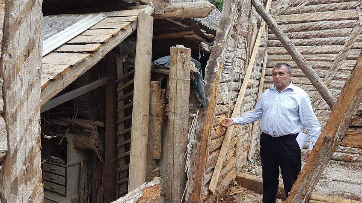VIDEO. Sârbi. Cămin din lemn PUTRED, POLEIT cu bani europeni. Proprietatea este REVENDICATĂ iar reabilitarea a început ILEGAL