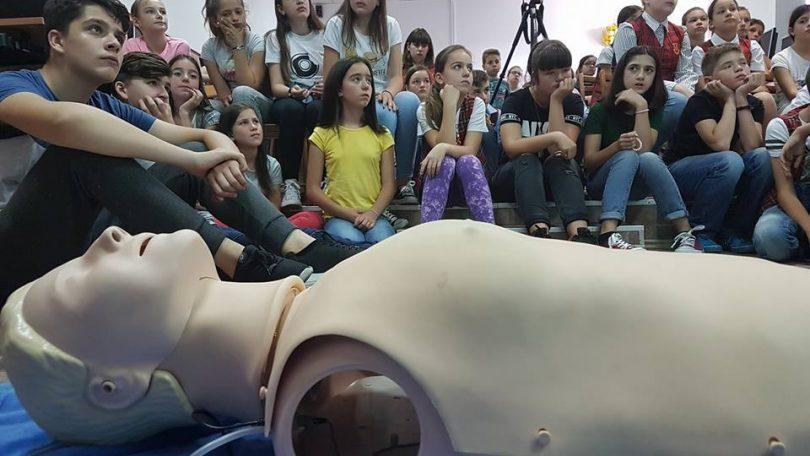 """Video. MĂSURI de resuscitare și eliberare a CĂILOR RESPIRATORII, predate  copiilor de la Școala Gimnazială """"Ioan Mihalyi de Apșa"""" din Sighet"""
