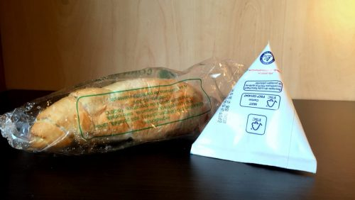 """Cornul MUCEGĂIT a fost adus de ACASĂ.Produsele de panificație distribuite prin programul """"Cornul și laptele"""" sunt conforme în Maramureș"""