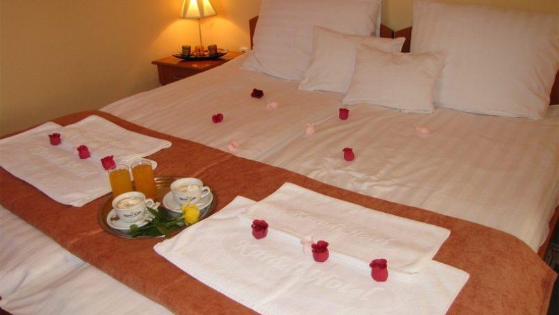 VIDEO. Weekend romantic de VALENTINE'S DAY la Hajduszoboszlo, Ungaria. Karadi Boutique Hotel vă RĂSFAȚĂ cu saună, jacuzzi și șampanie