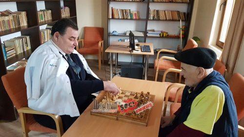 Centrul social din COROIENI – locul unde BĂTRÂNII se simt MAI BINE ca ACASĂ. Faceți CUNOȘTINȚĂ cu oamenii FANTASTICI de aici: scriu poezii, fac sport la 78 de ani și joacă șah cu… primarul Gavril Ropan!