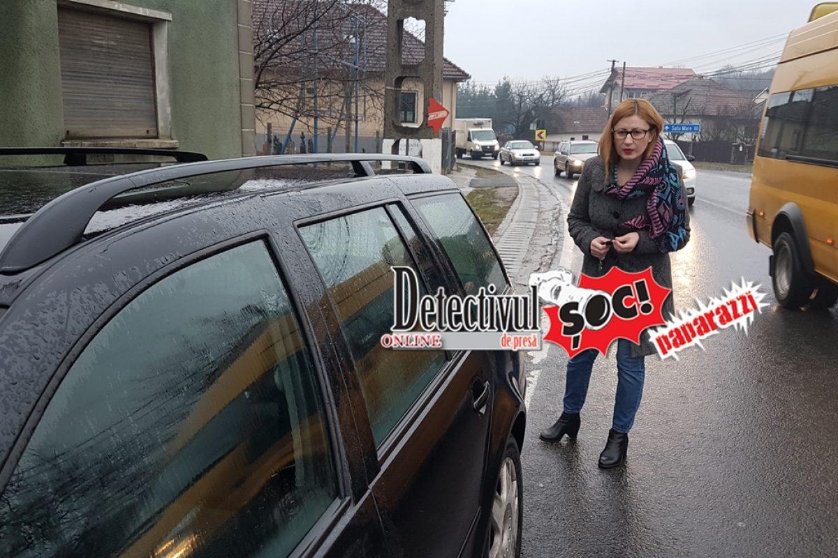 Șoferiță BĂUTĂ la volan, în ZIG-ZAG pe șosea cu un COPIL MINOR pe bancheta din spate. S-a oprit într-o altă MAȘINĂ în timp ce DETECTIVUL a sunat la 112