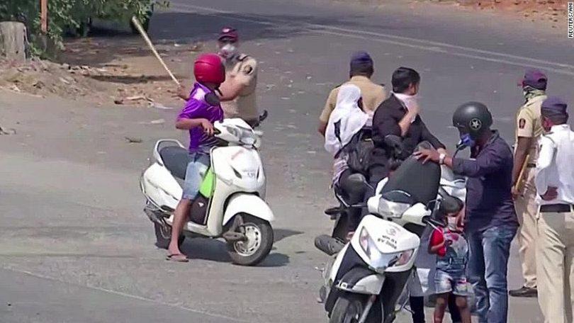 Video. INDIENII care nu respectă restricțiile CORONAVIRUS, puși să facă GENOFLECȚIUNI și FLOTĂRI pe străzi de către POLIȚIȘTI. Bătăile cu BÂTE din BAMBUS sunt cele mai frecvente umilințe în public