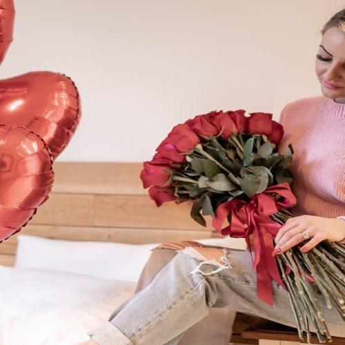 Cea mai de SUCCES florărie ONLINE din Baia Mare. Buchetul sau aranjamentul floral se poate personaliza prin adăugarea unei sticle de șampanii, a unei cutii de bomboane sau ciocolată