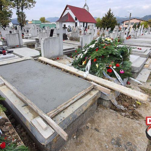 """GROPARII BANILOR și MAFIA din cimitirele Băii Mari. Șmecherii cer și de 5 ori PREȚUL pe o groapă săpată, CONTRAR prețurilor afișate. Polițistul Andrei Pop DEZVĂLUIE afacerile la NEGRU după experiența de a-și îngropa TATĂL. JADOR, casierul ILEGAL, protejat de ȘEFA de la primărie, Mirela Agoșton: """"Au săpat și doi ciuri-buri"""""""